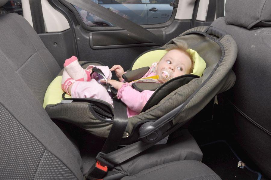 Как крепить автокресло на заднем сидении